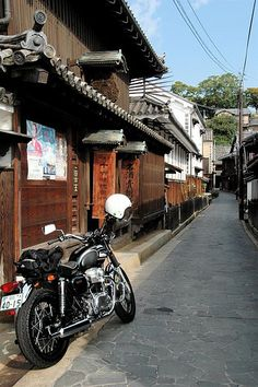 W650 in Tomonoura - http://japanmegatravel.com/w650-in-tomonoura/
