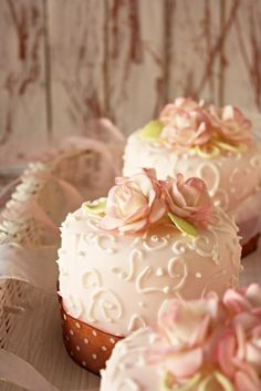 Pretty little cakes with scroll work & roses