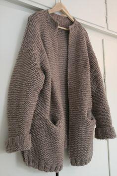 Jeg føler jeg ikke akkurat original i strikkevalgene for tiden. Først strikket jeg Skappel-genseren - den kan ses her . Skappelgenseren h...