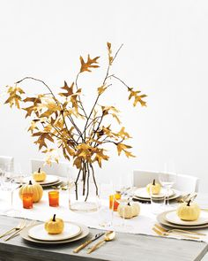 Fallen Leaves Centerpiece Want to add a gilded touch to your Thanksgiving table? Gather some branches, give them a spritz of gold spray paint, and arrange at the center of the table. It also works spectacularly at an entranceway or hallway. Branch Centerpieces, Elegant Centerpieces, Pumpkin Centerpieces, Thanksgiving Centerpieces, Centerpiece Ideas, Fall Home Decor, Autumn Home, Branches, Thanksgiving Table Settings