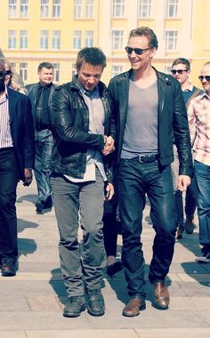 Jeremy Renner and Tom Hiddleston. Pretty much the best picture ever. Love me some Tom Hiddleston right now! Jeremy Renner, Marvel Films, Marvel Dc, Marvel Comics, Marvel Cinematic, American Hustle, The Avengers, Avengers Actors, Thomas William Hiddleston