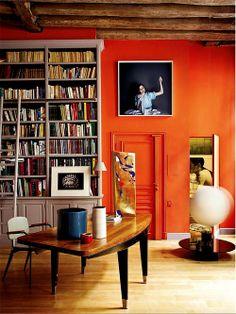 Home office com parede laranja