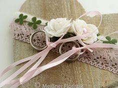 Ringkissen Holz - Herz mit Seidenrosen, Kunstgrün, Filz, Häkelband und Bändern um die Ringe zu befestigen. Die Ringe sind nicht im Lieferumfang enthalten. Die Größe ist von der Spitze bis zum...