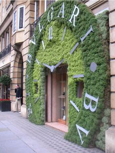 Sloane in bloom for Chelsea Fringe and RHS Chelsea Flower Show Retail Windows, Store Windows, Sustainable Architecture, Architecture Design, Garden Art, Garden Design, Vertikal Garden, Moss Wall, Shop Fronts