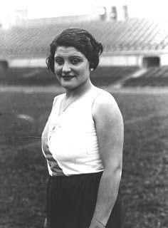 Anna Tugas cumplió 104 años en abril, y nos dejó este pasado agosto. Más motivo para recordarla y procurar que no caiga en el olvido. Fue una pionera del atletismo español.
