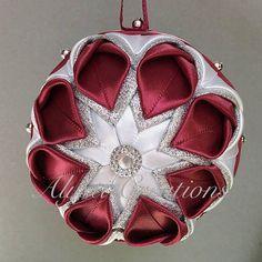 Elegante flor acolchada bola de navidad ornamento