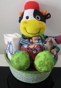Para niños de 10 a 24 meses este detalle compuesto de muñeco, camiseta y calcetines... http://www.mibabyclub.com/tienda/cestas/cesta-para-bebes-1199.html