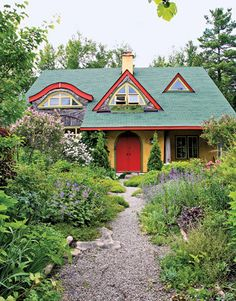 Cottage Gardens Love the garden and the house is a stuccoed post-and-beam structure with straw bale infill for insulation - A Canadian landscape designer and his wife have cultivated a lush cottage garden as an extension of their straw bale house. Garden Cottage, Cozy Cottage, Cottage Style, Fairytale Cottage, Tiny House, Cute House, Cabana, Beam Structure, Earth Homes