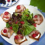Scopri la ricetta del branzino marinato ai lamponi proposta da Sale&Pepe. Mangiare il pesce diventa ancora più buono e salutare.