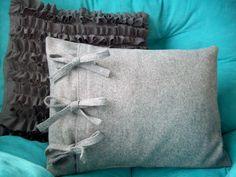 Sewing Pillows DIY: side-tie pillow tutorial with ameroonie designs Tie Pillows, Sewing Pillows, Cushions, Burlap Pillows, Fabric Crafts, Sewing Crafts, Sewing Projects, Pillow Tutorial, Diy Tutorial