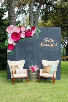 un panneau en ardoise comme fond photobooth, décoration en fleurs papier