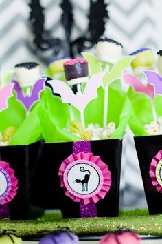 love the decor on these treat boxes  {Anders Ruff}