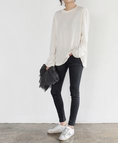 oversize long sleeved tee + gray skinny ankle jeans + white sneakers