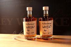 Der Kaltenberger Whisky - ein mühlviertler Whisky, aus eigenem Getreide destilliert, im Eichenholzfass gereift und mit viel Liebe händisch abgefüllt und beschriftet. Whiskey Bottle, Drinks, Types Of Cereal, Barrel, Love, Drinking, Beverages, Drink, Beverage