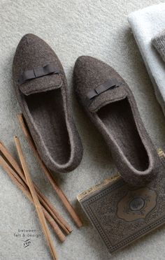 Get your «ME TIME»! Celebrate this autumn at home doing what you love and treating yourself with the cutest wool slippers. Always handmade to order! Shoe Storage Bags, Felted Slippers, Natural Latex, Shoe Size Conversion, Ciabatta, Me Time, Elegant Woman, Autumn, Wool