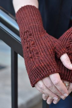 Fingerless Gloves Knitted, Knit Mittens, Knitted Hats, Knitting Designs, Knitting Patterns, Love Knitting, Beginner Knitting, Crochet Gloves Pattern, Knitting Accessories