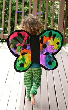 Toddler Activities - DIY butterfly wings - via Fun at Home with Kids - featured on Bliss by Andrea Jene How To Make Butterfly, Butterfly Crafts, Costume Papillon, Diy Papillon, Costume Fleur, Butterfly Wings Costume, Sunshine Crafts, Art For Kids, Crafts For Kids