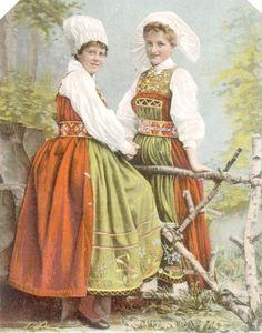 Folkdräkter, Wingåker och Österåker.  Amalia gratuleras hjertligt af G. E. Förlag: Axel Eliassons konstförlag, Stockholm N o 2044.  1903