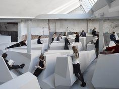 スタンディングデスクの進化版だ!試してみたい。 快適に立って働ける、机も椅子もない「未来のオフィス」。-the-end-of-sitting_photo-jan-kempenaers_y7x01142