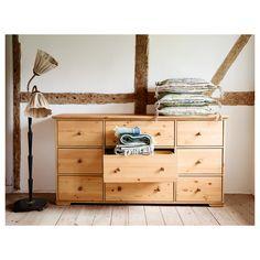 IKEA - HURDAL, Komoda, 9 szuflad, , Lita sosna uwypukla atrakcyjne i piękne słoje oraz drobne sęki, które nadają każdemu meblowi własną, powstałą w sposób naturalny osobowość.Mnóstwo miejsca na Twoje rzeczy w dużych szufladach.Szuflady przesuwają się płynnie i stabilnie na drewnianych prowadnicach.Produkt wykonany z litego drewna - wytrzymałego, ciepłego, naturalnego materiału.Aby zorganizować przedmioty wewnątrz, można uzupełnić o zestaw 3 pudełek SVIRA.