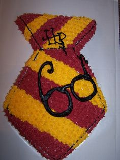 Harry Potter Cake - not sure if thore are Harry's glasses or if the cake is for a bday party. Harry Potter Treats, Gateau Harry Potter, Harry Potter Cupcakes, Cumpleaños Harry Potter, Harry Potter Birthday Cake, Harry Potter Halloween, 11th Birthday, Birthday Fun, Birthday Parties