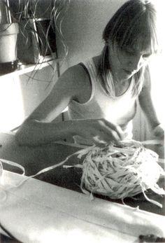 """Laura Cirera Caubet (Alpicat, 1971) és una artista pluridisciplinar, especialment coneguda pels seus treballs conceptuals, on s'expressa a partir d'una aposta ferma pel treball manual. Va fundar part del grup Tres i Més i ha estat reconeguda amb diversos premis, i la sèrie """"Anatomia descriptiva"""" forma part de la col·lecció del museu."""