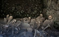 HERCULANEUM, Italy - They are poignant snapshots of sudden death: huddled clusters of skeletal remains in what were once beachfront warehouses, immortalized for eternity when Mount Vesuvius smothered this ancient Roman town in A. Ancient Pompeii, Pompeii And Herculaneum, Post Mortem, Pompeii Italy, Roman History, Art History, Ancient Artifacts, Roman Artifacts, Ancient History