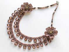 シックな秋色お花付き2連ビーズネックレス Seed Bead Flowers, Beaded Flowers, Seed Beads, Beaded Jewelry Designs, Bracelet Tutorial, Wire Wrapped Jewelry, Fashion Necklace, Tatting, Crochet Necklace