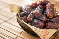Healthy snacks can improve nutrition and maintain energy levels, both important for Adrenal Fatigue Recovery. Learn about healthy snack ideas you can try! Health Benefits Of Dates, Avocado Health Benefits, Stevia, Date Nutrition, Date Smoothie, Date Cookies, Dried Dates, Adrenal Fatigue, Food Staples