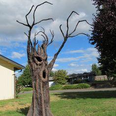 Spooky Tree Halloween Yard Props, Halloween Wood Crafts, Halloween Trees, Creepy Halloween, Outdoor Halloween, Diy Halloween Decorations, Fall Halloween, Yard Decorations, Halloween 2019