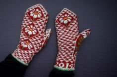 """""""skånevantar"""" Swedish knitted mittens with triangles and daisies Knitted Mittens Pattern, Knit Mittens, Mitten Gloves, Knitting Designs, Knitting Projects, Knitting Patterns, Scandinavian Pattern, Ravelry, Diy And Crafts"""