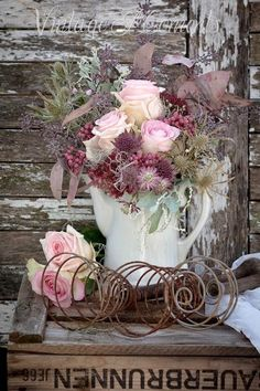 so beautiful Shabby Cottage table home decor cottage chic bedrooms chic decor chic dining chic kitchen chic pink cottage french chic vintage Vintage Shabby Chic, Shabby Chic Style, Shabby Chic Decor, Shabby Cottage, Cottage Chic, Romantic Cottage, Rustic Cottage, Shabby Chic Furniture, Floral Arrangements