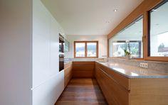 Schmale Küche von Tischlerei Sigg, Foto: Tischlerei Sigg Bathroom, Blog, Narrow Kitchen, Carpentry, Interior Designing, Homes, Colors, Ideas, Washroom