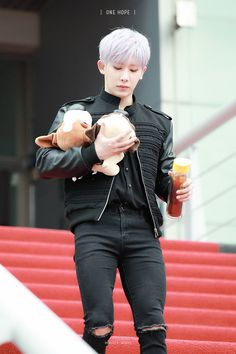 Without the plushies he'd look like a bad boy but it is Wonho after all so