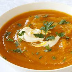 Pompoen en kerrie zijn een hele goede combinatie vandaar dit recept voor pompoensoep met kerrie. Je kunt milde of lekkere pittige kerrie gebruiken in dit pompoensoep recept maar ik raad lekkere pittige kerrie aan. Eventueel kun je een deel van de kookroom ... I Love Food, Good Food, Yummy Food, Coconut Lentil Soup, Soup Recipes, Healthy Recipes, Warm Food, Pumpkin Soup, Homemade Soup