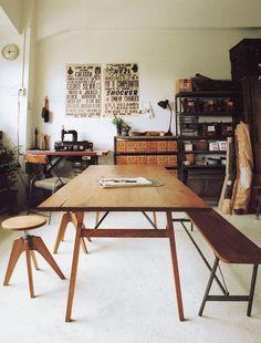 Mesa con banco largo y bancos individuales