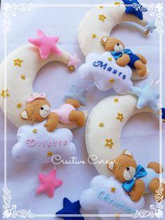 Creative Corner - Handmade with love su Bebuù: Fiocco luna e orsetto Felt Crafts, Fabric Crafts, Diy And Crafts, Sewing Toys, Baby Sewing, Bear Felt, Baby Mobile, Felt Christmas Ornaments, Felt Art