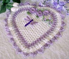 coração com flores em croche lilas em croche com receita