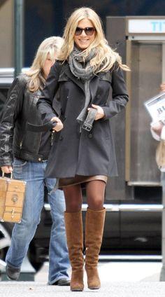 jennifer aniston winter-outfit mit braunen Veloursleder-Stiefel mit Absatz