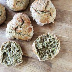 De her brød skal i virkelig prøve, smager så fantastisk. Opskriften er nem og lige til at gå til.Dette skal du bruge til ca. 20boller:25 gram gær - 6 dl vand - 1 tsk salt - 2 spsk olie - 1 stort broccolihoved - 11 dl mel (jeg brugte spelt) - sammenpisket æg eller vand til pensl