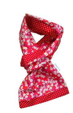Foulard liberty mitsi rouge Liberty Fabric, Liberty Print, Couture Sewing, Scarf Design, Liberty Of London, Craft Ideas, Inspiration, Fashion, Tejidos