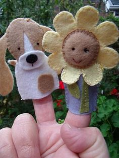 So sweet Mimi!two of my favorite things in finger puppet form--beagles and flowers--made by me using a pattern by floral blossom Felt Puppets, Felt Finger Puppets, Hand Puppets, Christmas Shoebox, Kids Christmas, Felt Diy, Felt Crafts, Baby Quiet Book, Quiet Books