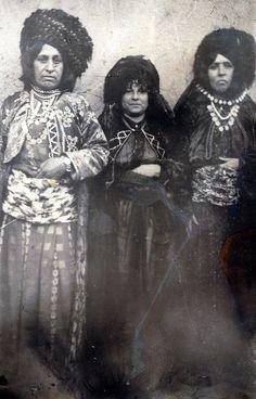 li dawiya slên 1950'lan li Bicarê jinên Kurd ,yên serê jinên Kurd jê re dibêjin Xulaçe