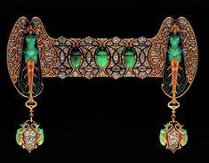 Ornement de corsage Scarabées : or, émail, chrysoprase, diamants ou brillants.     (Photo : Lalique/Adagp, Paris 2006)