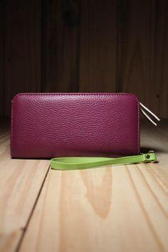Prática e descontraída, a carteira Elegance Roxa é perfeita para o dia a dia dos looks fashion e bem produzidos.