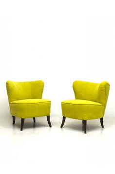 Paar comfortabele cocktail fauteuils herbekleed met gele stof door onze eigen stoffeerder.