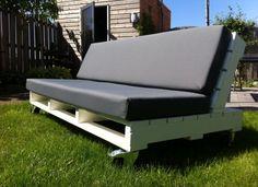 Mooie loungebank van pallets met bokwielen. Ook te gebruiken als ligbed..