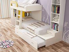 Divertida estructura de litera con opción a tres camas y estanterías, todo en color blanco roto.