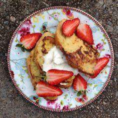 Köyhät ritarit kermavaahdon ja mansikoiden kera // French Toast with Strawberries & Whipped Cream Food & Style Pipsa Airaksinen, Terveen hyvää Photo Pipsa Airaksinen www.maku.fi
