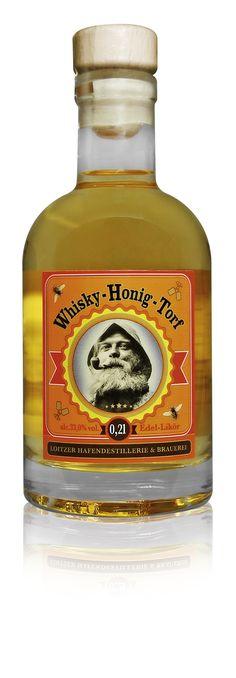Whisky Honig Torf - 33% vol. - Edel-Likör-Spezialität aus Mecklenburg-Vorpommern  Dieser besondere Edel-Likör Whisky Honig Torf wird mit heimischem Blütenhonig aus der Peenereion und dem bekannten Whisky-Torf abgerundet. Diese Spezialität verwöhnt den Gaumen des Genießers und zeigt die besondere Qualität eines absoluten Manufakturproduktes. Der Whisky Honig Torf findet mittlerweile in ganz Europa und vor allem im Norden Deutschlands eine stetig wachsende Zahl von Liebhabern.